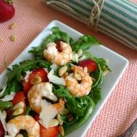 Rucolasalat mit Garnelen und Erdbeeren
