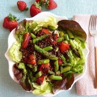 Linsensalat mit Spargel und Balsamico-Erdbeeren