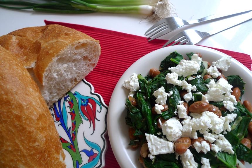 Gebratene Bohnen mit Spinat, Feta und Sumach