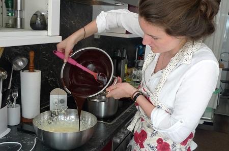 Eva beim Backen der köstlichen Schokoküchlein