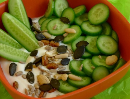 Pikantes Joghurt mit frischen Gurken