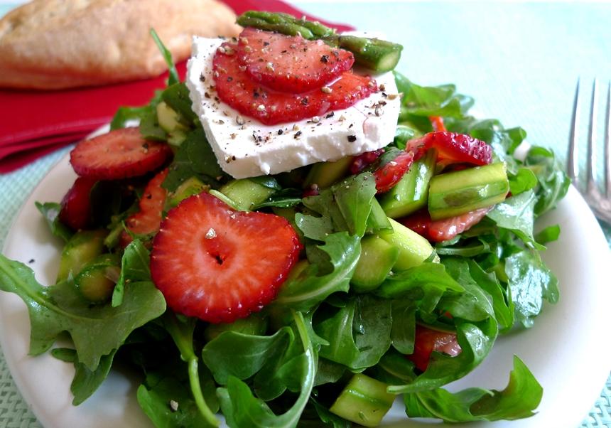 Salat mit Erdbeeren und Spargel