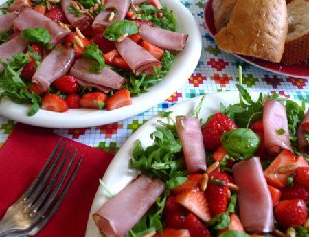 Fruchtiger Schinken-Rucola-Erdbeersalat