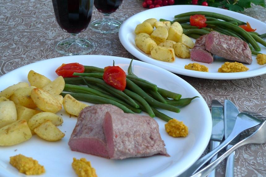 Lammfilet mit Karottenpesto, Fisolen und Rosmarin-Würfel