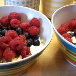 Bulgur mit Joghurt, Himbeeren und Heidelbeeren