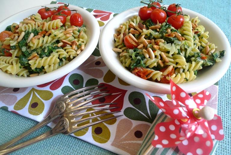Pasta in grün-weiß-rot - Pasta mit Spinat, Ziegenkäse und Tomaten