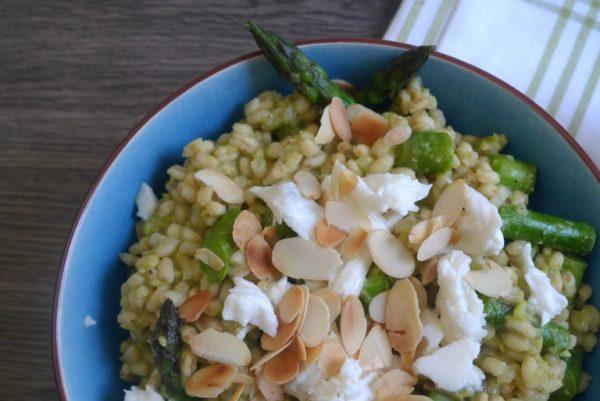 Ebly mit Spargel und Avocado. Rezept für ein schnelles und leichtes Essen