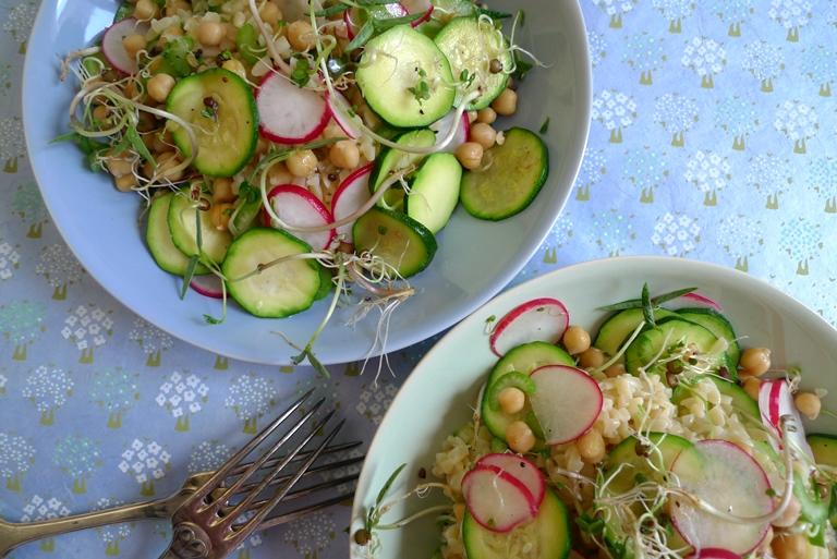 Salat mit Kritharaki, Sprossen und Kichererbsen