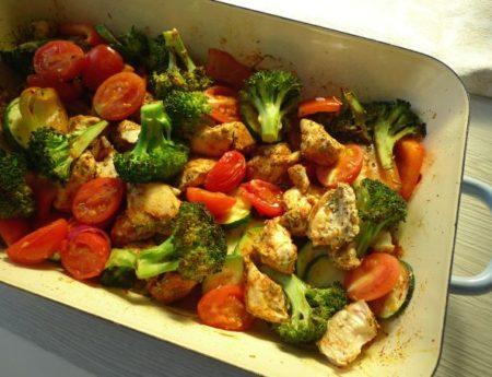 Ofengemüse mit Huhn – low carb in den Frühling!