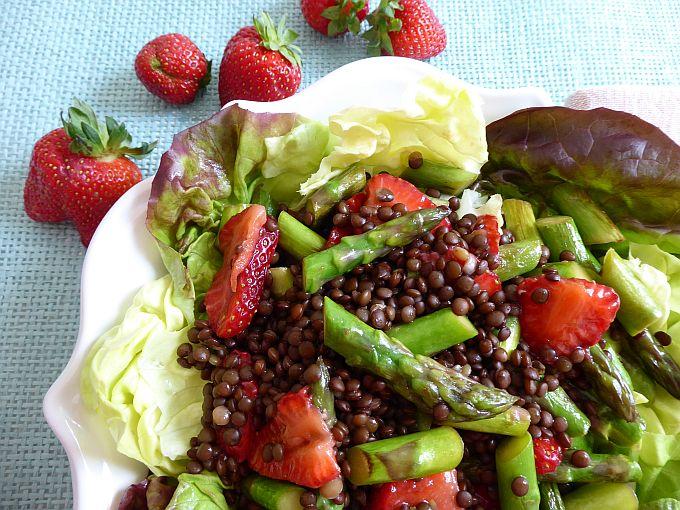 Linsensalat mit Spargel und Erdbeeren